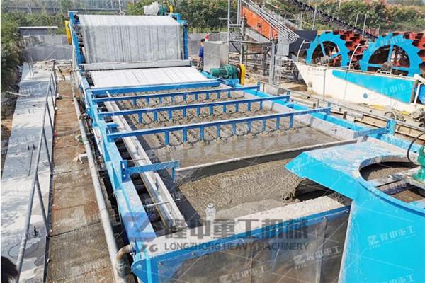 环保型直线尾矿振动脱水筛格输出稳定